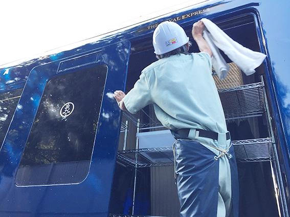 豪華列車ロイヤルエクスプレスを洗浄
