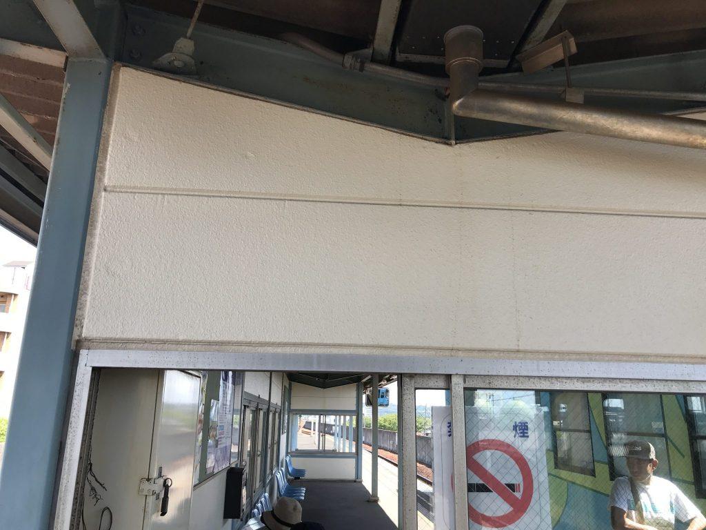 駅舎の壁をスーパークリーナーで洗浄しました。